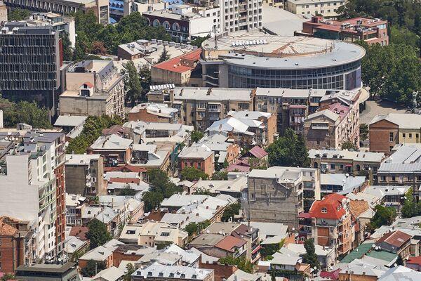Но одноэтажный Тбилиси уходит в прошлое - когда-нибудь и такие дома старой советской постройки сменят новые здания - Sputnik Грузия
