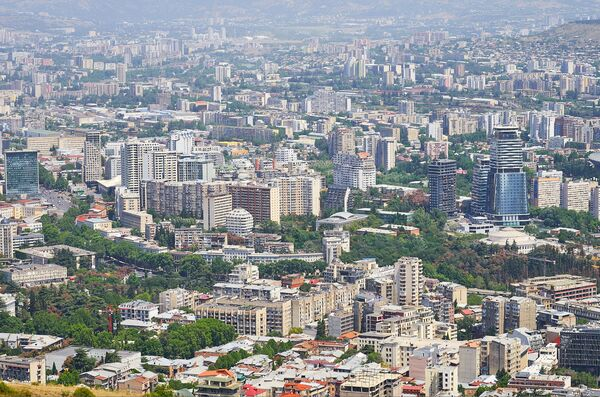 Сегодня жилые кварталы Тбилиси застраиваются довольно плотно высотными зданиями - Sputnik Грузия