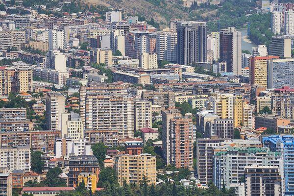 Кое-где многоэтажки довольно уверенно захватили пространство, да так, что деревьев практически не видно - Sputnik Грузия