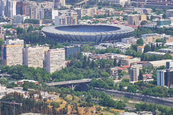 На этом снимке стадион Динамо Арена выглядит так, как будто к нему со всех сторон подбираются жилые многоэтажки - Sputnik Грузия
