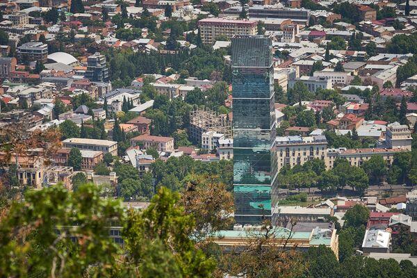 То ли дело в районе Мтацминда на проспекте Руставели - тут в основном невысокие дома и многоэтажные здания сразу выделяются - Sputnik Грузия