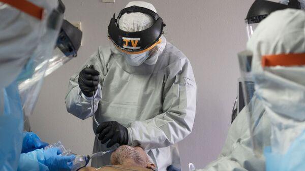 ექიმები კორონავირუსით ინფიცირებულ პაციენტთან  - Sputnik საქართველო