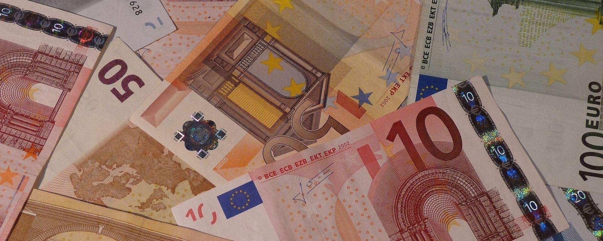 Доллары и евро - Sputnik Грузия, 1920, 13.08.2021