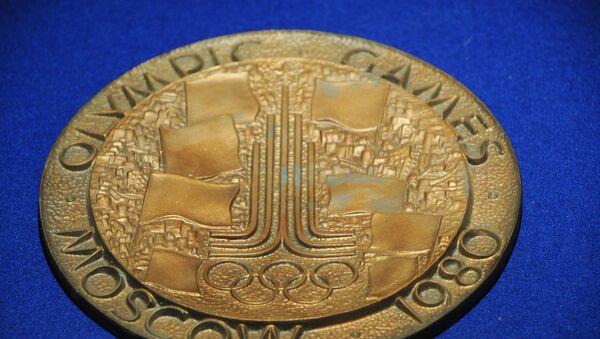 Медаль Олимпиады 1980 года на стенде выставки Москва и спорт в музее Москвы на Зубовском бульваре - Sputnik Грузия