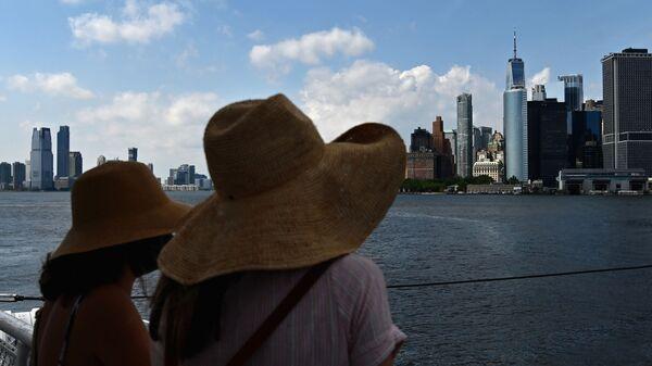 Люди смотрят на небоскребы Нью-Йорка США - Sputnik Грузия