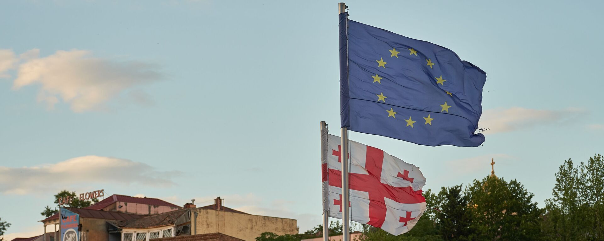 Флаги Грузии и Евросоюза на площади Европы в центре Тбилиси - Sputnik Грузия, 1920, 09.12.2020