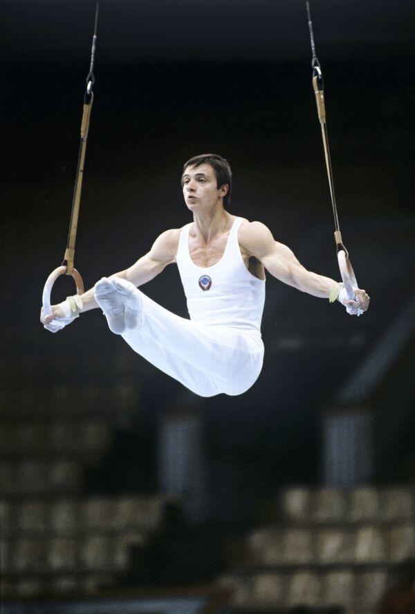 Прославленный армянский гимнаст Эдуард Азарян на московской Олимпиаде завоевал золотую медаль в командном многоборье, а тяжелоатлет Юрий Варданян стал сильнейшим в полутяжелом весе - Sputnik Грузия
