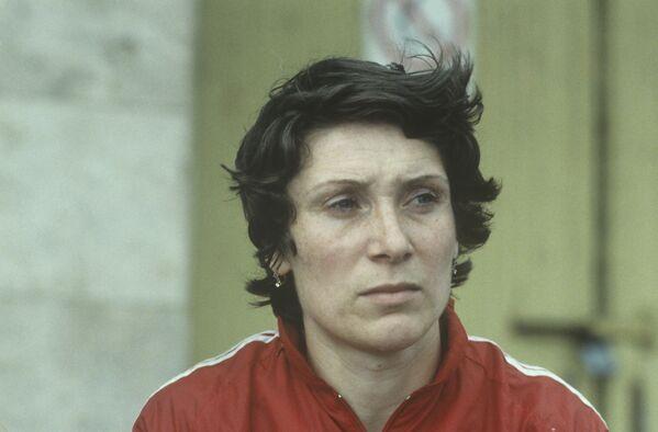 Лариса Савкина, представляющая Азербайджанскую ССР, в составе гандбольной сборной стала олимпийской чемпионкой, а Лариса Попова из Тирасполя завоевала золото в парной двойке академической гребли - Sputnik Грузия