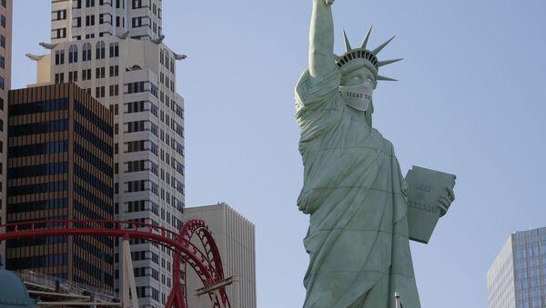 Статуя Свободы в Лас-Вегасе в защитной маске - Sputnik Грузия