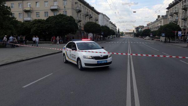 Автомобиль полиции перегораживает улицу, где стоит автобус, захваченный мужчиной, имеющим при себе взрывчатку и оружие, Луцк - Sputnik Грузия