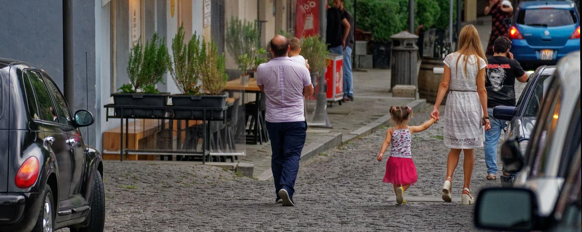 Семья с детьми гуляет по старому городу в центре Тбилиси - Sputnik Грузия, 1920, 29.08.2021
