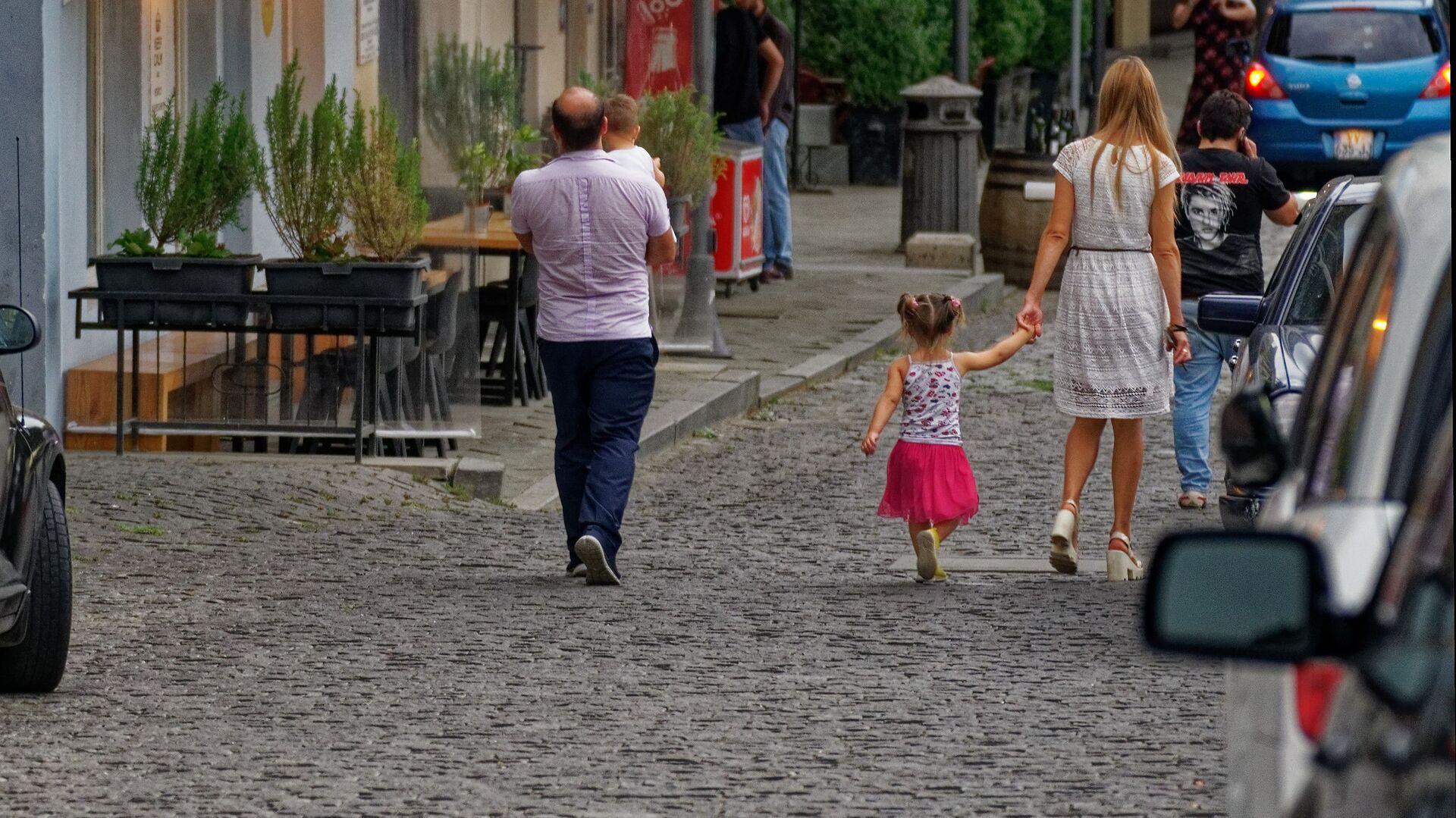Семья с детьми гуляет по старому городу в центре Тбилиси - Sputnik Грузия, 1920, 30.09.2021