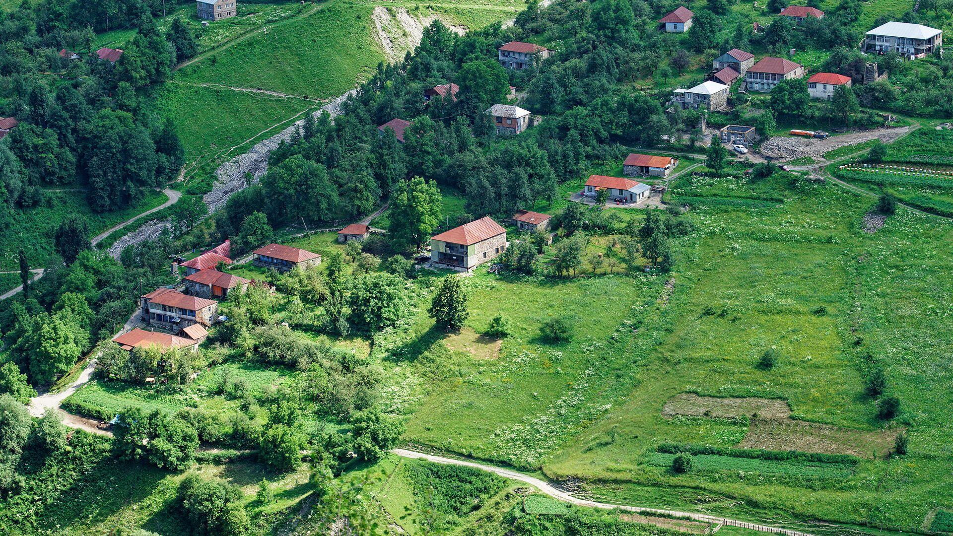 Село в горах в горах Кавказа в районе Казбеги близ Гудаури и Военно Грузинской дороги - Sputnik Грузия, 1920, 09.09.2021