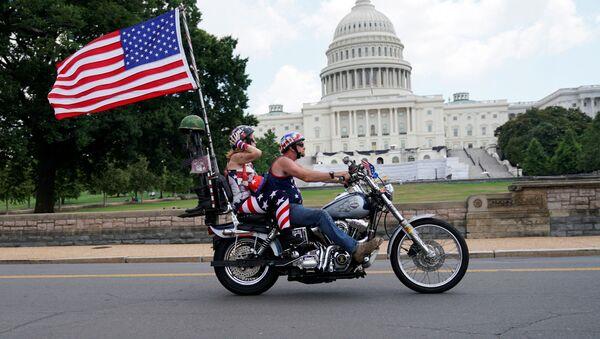 Мотоциклисты проезжают мимо здания Капитолия в США - Sputnik Грузия