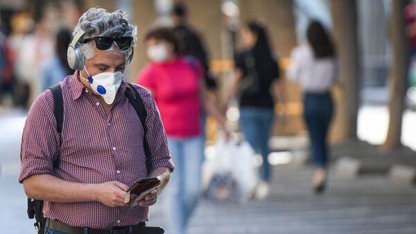 Мужчина в респираторе из-за пандемии COVID 19 в Баку Азербайдджан - Sputnik Грузия