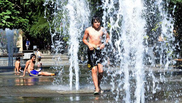 Жаркая погода в столице Грузии. Купание в фонтанах - Sputnik Грузия