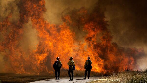 Пожарные у палящей травы в Калифорнии - Sputnik Грузия