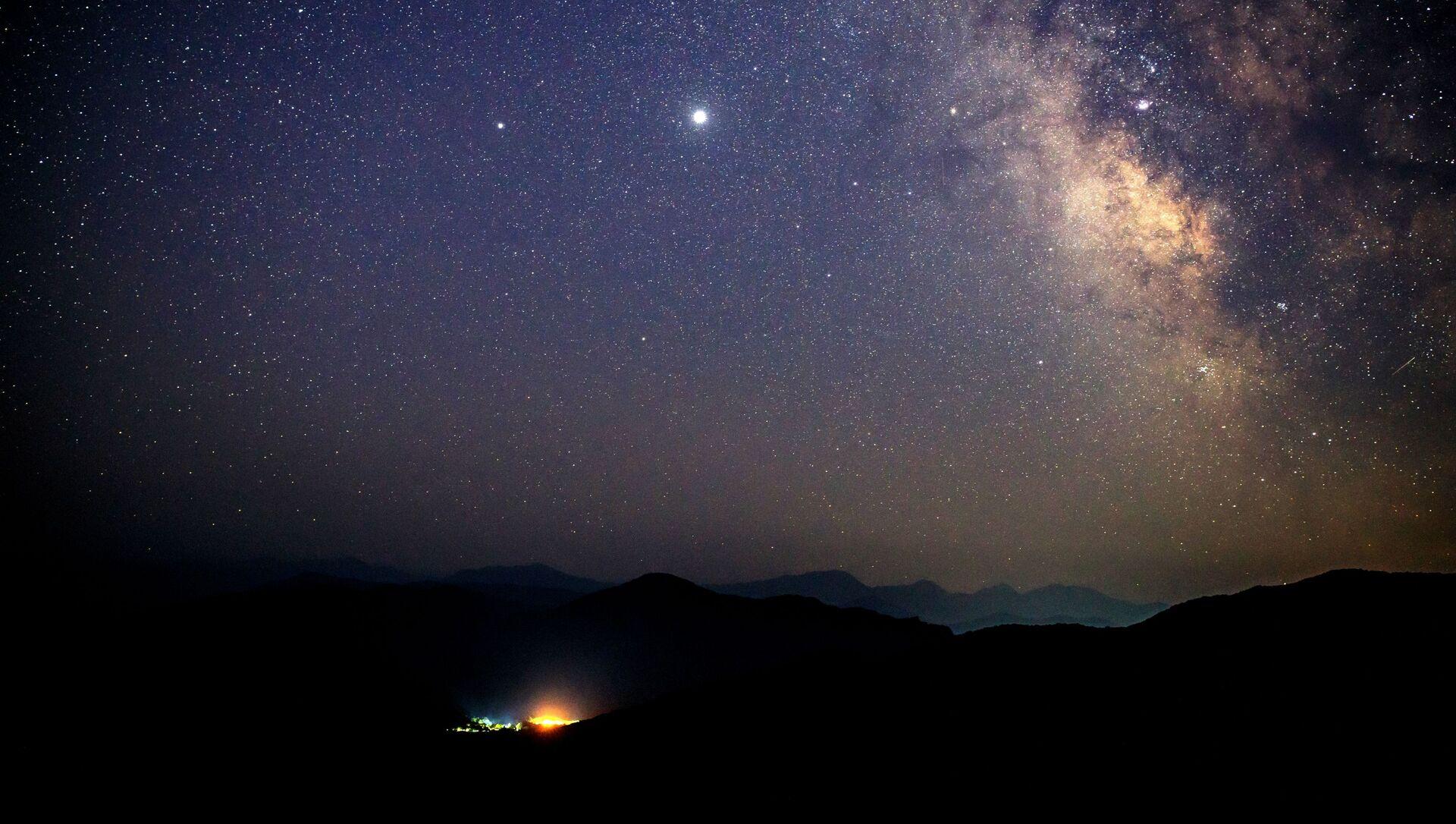 Звездное небо, наблюдаемое в Краснодарском крае во время метеорного потока Персеиды - Sputnik Грузия, 1920, 16.06.2021