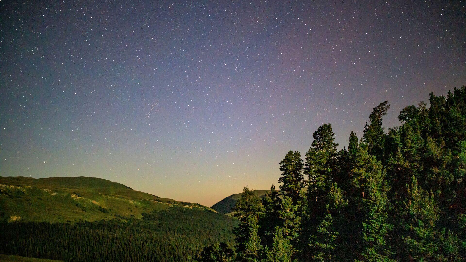 Звездное небо, наблюдаемое в Краснодарском крае во время метеорного потока Персеиды - Sputnik Грузия, 1920, 06.09.2021