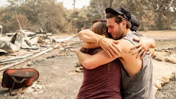 Члены семьи плачут и обнимаются у сгоревшего дома в Вакавилле, Калифорния - Sputnik Грузия