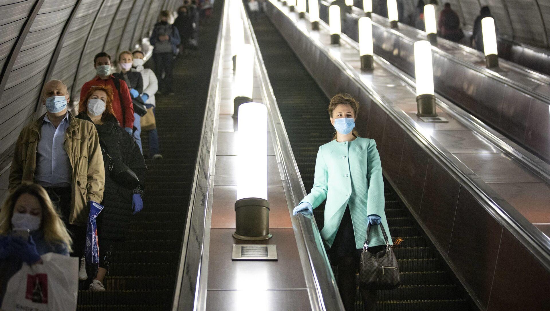 Люди в защитных масках в метро - Sputnik Грузия, 1920, 10.02.2021