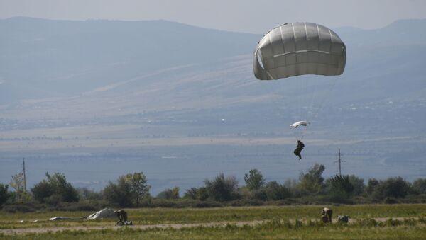 Показательные учения воздушно-десантных войск прошли в Грузии - видео - Sputnik Грузия