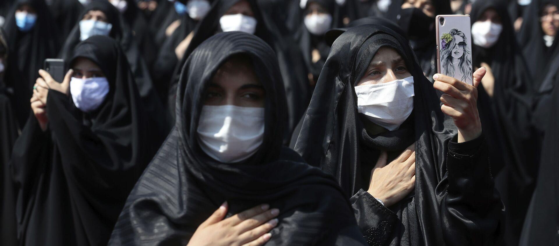 Женщины в черных хиджабах и масках во время пандемии коронавируса COVID 19, в Тегеране, Иран - Sputnik Грузия, 1920, 05.04.2021