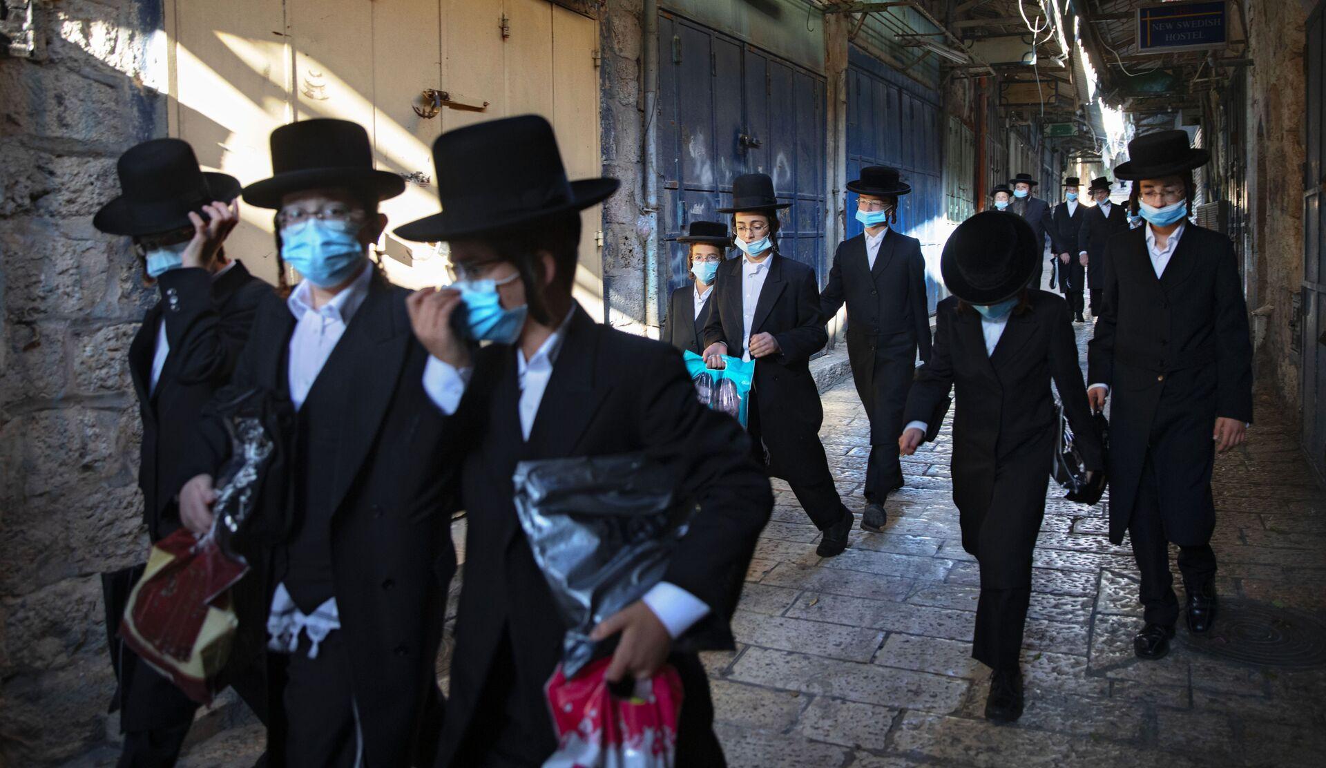 Израиль - ортодоксальные евреи в масках в Иерусалиме во время пандемии COVID 19 - Sputnik Грузия, 1920, 14.09.2021