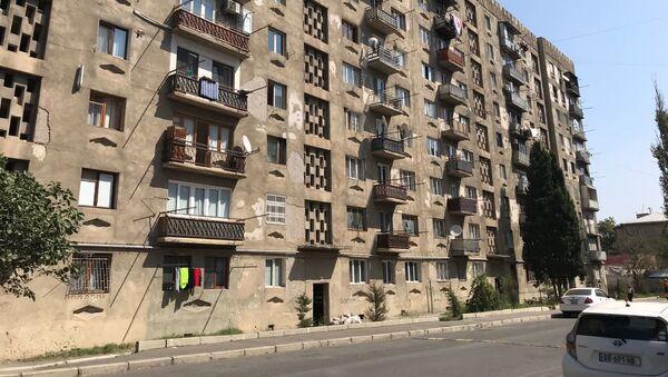 Жилой многоэтажный дом в районе Африка в столице Грузии, где были выявлены случаи заражения коронавирусом - Sputnik Грузия
