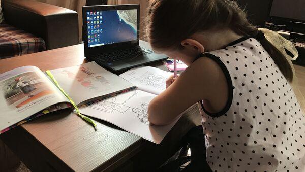 Девочка дистанционно делает уроки  - Sputnik Грузия