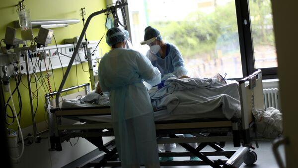 Врачи лечат пациента в клинике в Германии. Пандемия коронавируса COVID 19 - Sputnik Грузия