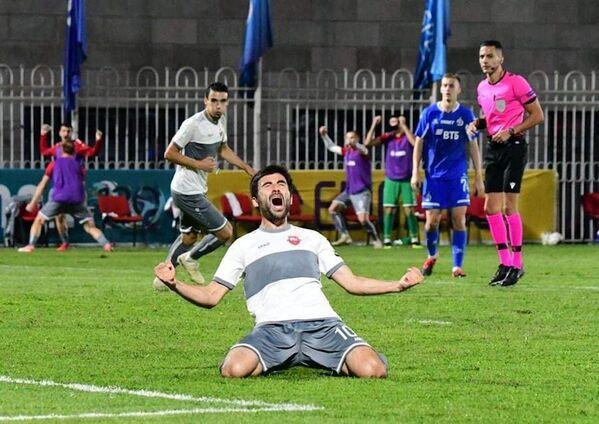 На 53-й минуте 30-летний нападающий Иракли Сихарулидзе  забивает гол в ворота Динамо!  - Sputnik Грузия
