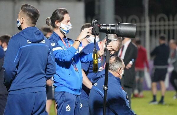 Журналисты, согласно правилам, выбирают одну точку для съемок и передвигаться нельзя - прогадал тот, кто встал у ворот Локомотива, главные события происходили у ворот Динамо  - Sputnik Грузия