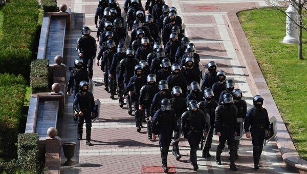 Сотрудники правоохранительных органов на площади Независимости в Минске - Sputnik Грузия