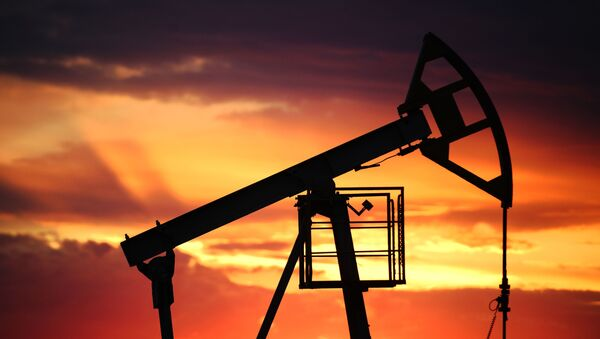 Нефтяная качалка на фоне заката - Sputnik Грузия