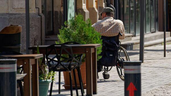 Мужчина с ОВЗ в инвалидном кресле - Sputnik Грузия