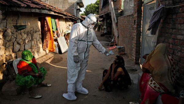 Пандемия коронавируса COVID-19. Медицинские работники в защитной одежде проводят термоскрининг жителей бедных районов Индии - Sputnik Грузия