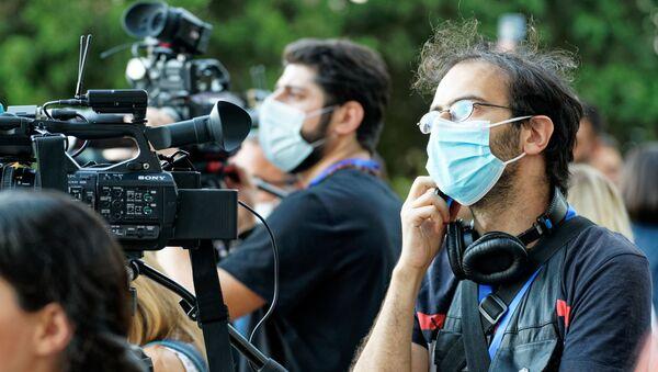 Эпидемия коронавируса. Журналисты в масках - Sputnik Грузия