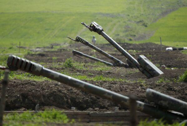 Каждый день боевых действий обещает новые жертвы и разрушения. На фото - артиллерия Вооруженных сил Армении - Sputnik Грузия