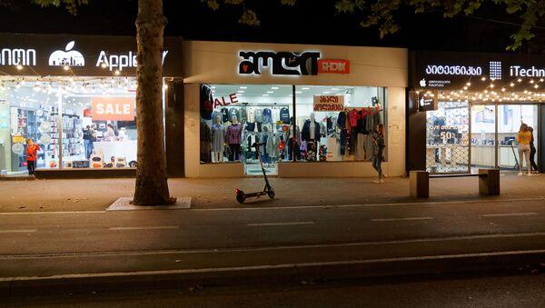 Магазины одежды и техники на улице Пекина - торговля переживает кризис, практически нет прохожих и покупателей - Sputnik Грузия
