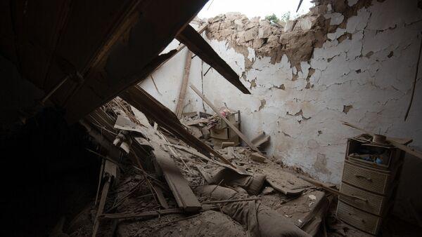 Поврежденные дома в Нагорном Карабахе в результате обстрела - Sputnik Грузия