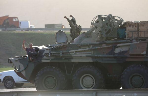 Азербайджанская боевая техника идет к линии фронта через Баку - Sputnik Грузия