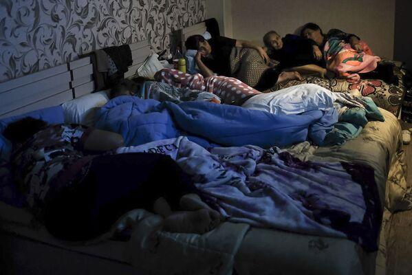 Люди в бомбоубежище, Степанакерт  - Sputnik Грузия