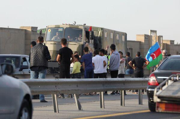 Баку. Молодежь провожает военные грузовики  - Sputnik Грузия