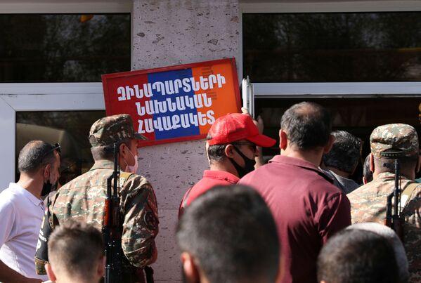 Всеобщая мобилизация в Армении - военнослужащие у объявления ждут отправки в зону боевых действий - Sputnik Грузия