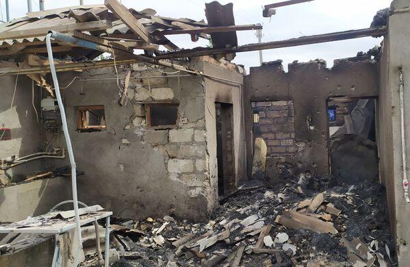 Несколько суток идут позиционные бои.  На фото - разрушения в селе Азад, контролируемом азербайджанской стороной, в результате обстрела - Sputnik Грузия