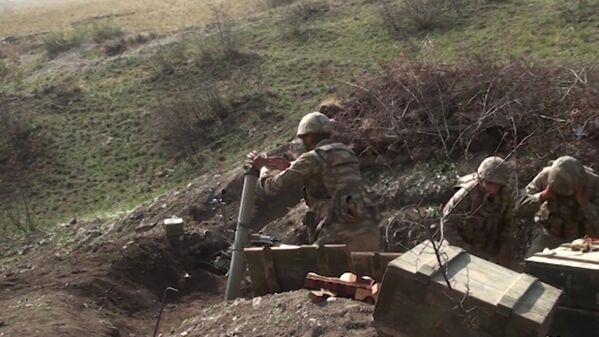 Переговоры по мирному урегулированию конфликта в рамках Минской группы ОБСЕ ведутся с 1992 года, периодически вооруженное противостояние обостряется. На фото - азербайджанские военные сейчас на линии огня - Sputnik Грузия