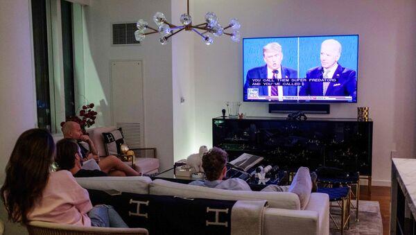 Жители Нью-Йорка смотрят трансляцию дебатов действующего президента США Дональда Трампа и кандидата в президенты США Джо Байдена - Sputnik Грузия