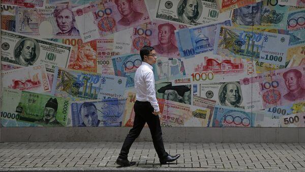 Прохожий в деловом районе Гонконга идет мимо наклеенных на стену банкнот, Китай - Sputnik Грузия