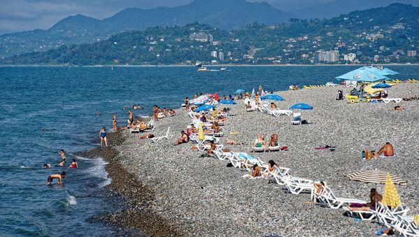 Отдых в Аджарии - люди загорают на пляже на берегу Черного моря в Батуми - Sputnik Грузия